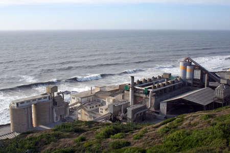 Une usine de ciment sur une montagne pr�s de la plage.