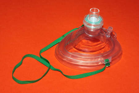 Un sac CPR isol� sur fond rouge.