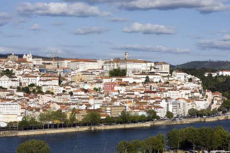 La ville de Coimbra, avec son Universit� sur le dessus.