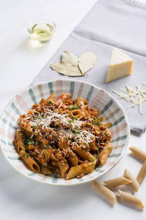 salsa de tomate: Italian pasta with spicy tomato sauce Foto de archivo