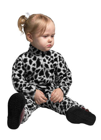 pantalones abajo: Little girl dressed as a Dalmatian sitting on white isolate