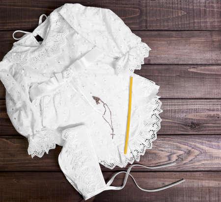 fondo para bebe: En un juego de mesa fondo de madera para el beb� del bautizo - camisa, gorra, toalla, pa�ales, vela, cruz de oro en una cadena