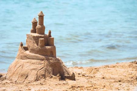 Construyó el castillo de arena Casa en la costa sur del mar azul playa de arena
