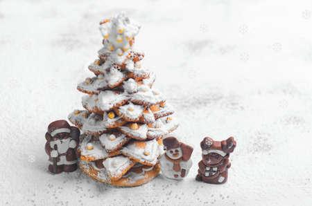Nieuwjaar Kerstkaart. Gingerbread kerstboom Cookies versierd met poedersuiker en snoep. Kerst Chocolade Marsepein cijfer naast de peperkoek kerstboom. Sweet sneeuw. Lege ruimte Stockfoto
