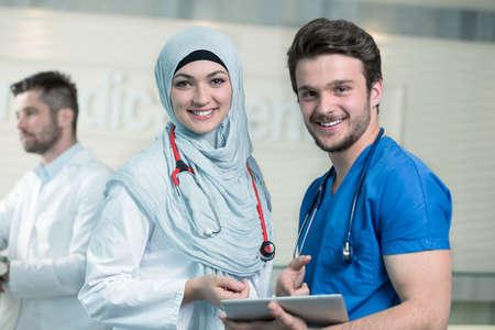 Saoedi-Arabische artsen werken met een tablet. Stockfoto