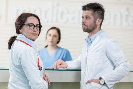 personal medico: Medical Staff Having Discussion In Modern Hospital Corridor Foto de archivo