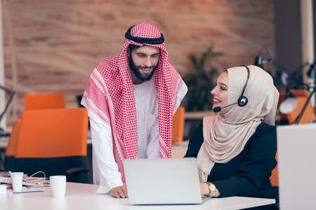 Arabisch bedrijf paar samen te werken op projectbasis bij de moderne opstarten kantoor. Stockfoto