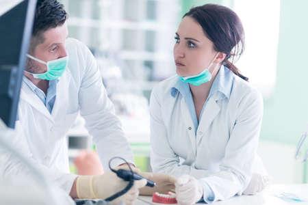Zahnersatz, Zahnersatz, Prothesen arbeiten. Dental Studenten während der Arbeit an der Prothese, falsche Zähne, eine Studie und ein Tisch mit zahnmedizinischen Werkzeugen. Standard-Bild - 63904499