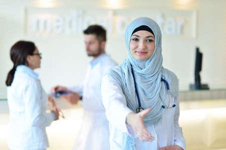 Close-up portret van vriendelijke, glimlachende vertrouwen moslim vrouwelijke arts.