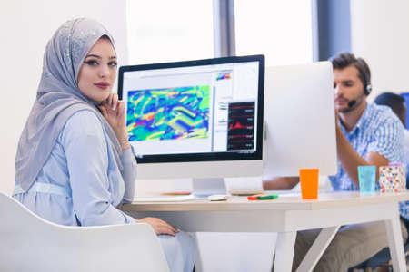 Jonge Arabische zakelijke vrouw draagt een hijab, werken in haar startup kantoor. Stockfoto