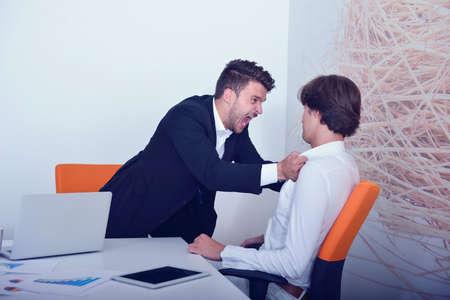 argumento: Dos colegas de negocios de ira durante una discusión. Foto de archivo