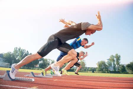 Runners de voorbereiding voor de race op startblokken. Stockfoto