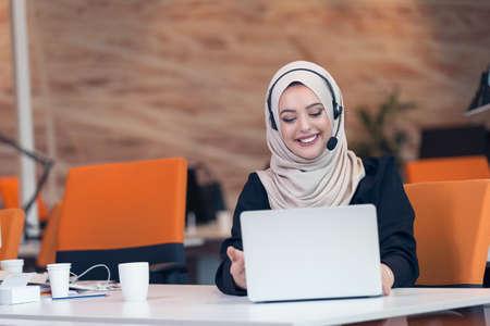 Arabische zakelijke vrouw draagt ??een hijab, die werkzaam zijn in het opstarten van het kantoor.