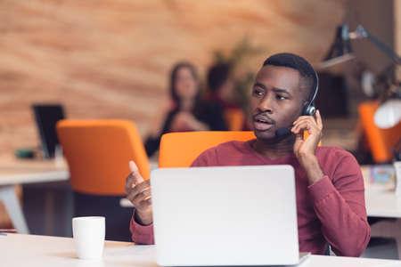 Customer Service agent in een startup kantoor met laptop