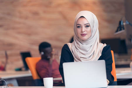 Arabische zakelijke vrouw draagt een hijab, die werkzaam zijn in het opstarten van het kantoor. Stockfoto