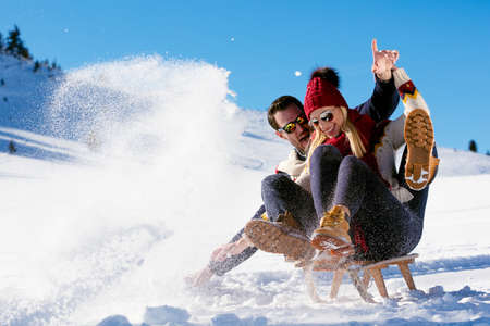 Jong Paar Sledding En Geniet Van Zonnige Winterdag