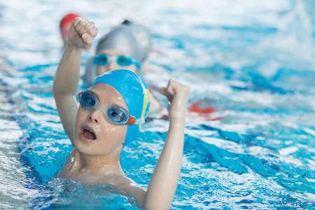 Les nageurs jeunes et réussis posent Banque d'images - 77657654