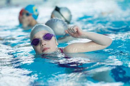 jonge en succesvolle zwemmers poseren Stockfoto