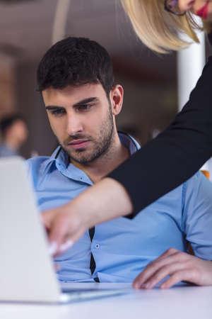 desconfianza: Boss scolding a shameful employee at work in an office