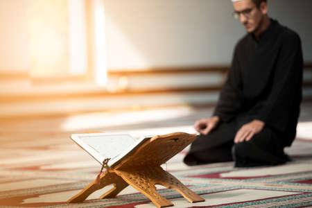モスク内部祈る宗教的なイスラム教徒の男性