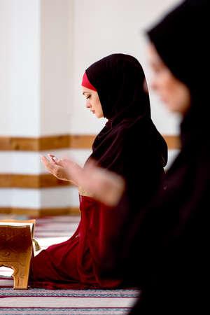 humilde: Dos mujeres musulmanas rezando Foto de archivo