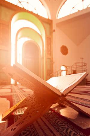 礼拝のためモスクでコーランを開く 写真素材
