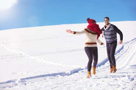 palle di neve: Felice giovane coppia felice divertirsi insieme in neve. Archivio Fotografico