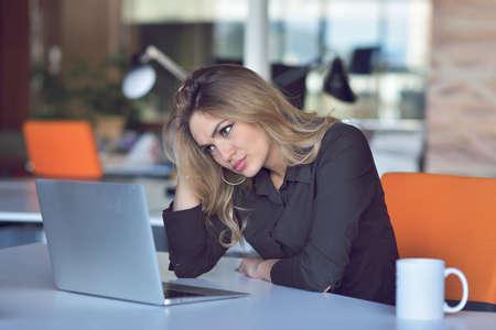 Gefrustreerde boze vrouw die op haar laptop gilt. Stockfoto