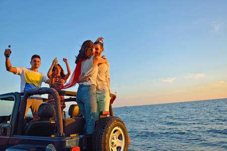 Groep gelukkige vrienden die partij in auto maken - Jongeren die pret hebben die champagne drinken Stockfoto