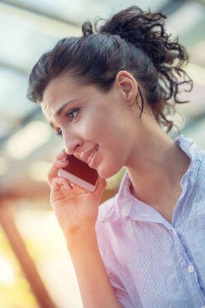 Openhartig beeld van een zakenvrouw die in een café werkt. Selectieve aandacht.