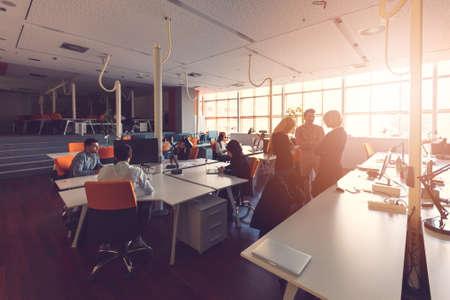 grupo de gente de negocios de inicio que trabaja en la oficina moderna Foto de archivo