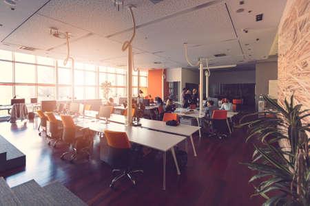 Grupo de gente de negocios de inicio trabajando todos los días en la oficina moderna