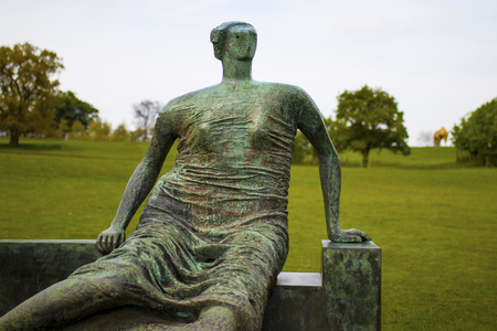 요크 셔 조각 공원입니다. 헨리 무어의 찢어진 앉아있는 여인 1957-8