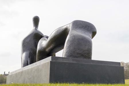 図をリクライニング、アーチの足は 1969-70 ヨークシャー彫刻公園, ウェーク フィールド、英国ヘンリー ・ ムーアのブロンズ作品 写真素材 - 88605033