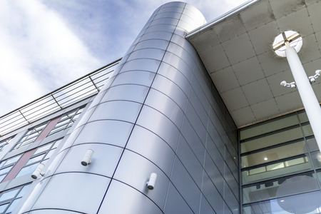 Le revêtement gris ou argenté confère à un bâtiment une impression architecturale ultra moderne et contemporaine Banque d'images