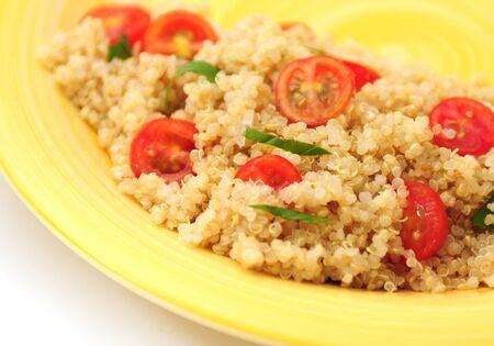 quinua: Un plato sano quinua con tomate y albahaca