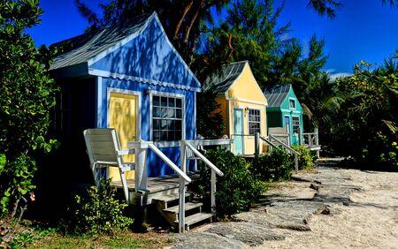 Multi-gekleurde bungalows voor een vakantie paradijs in het Caribisch gebied Redactioneel