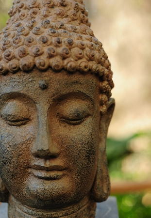 Cerca de la estatua de Buda en la meditaci�n