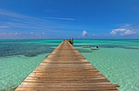 Pier in Bahamas in remote tropical location Imagens - 13800407