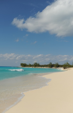Tropical beach in the Bahamas with white sand and turquoise blue ocean water Banco de Imagens