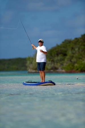 Het gieten van een Fly hengel in de Bahama's op een paddleboard