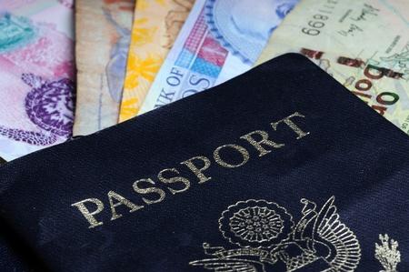 Een internationale reiziger concept met buitenlands geld, valuta en een paspoort Stockfoto