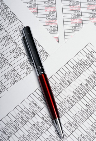 hoja de calculo: Hojas de c�lculo de an�lisis de negocios que muestra los resultados de ventas con la pluma Foto de archivo