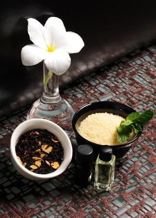 Aromatherapie met badzout en etherische oliën Stockfoto