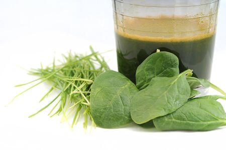 sap voor de gezondheid met tarwegras en spinazie Stockfoto