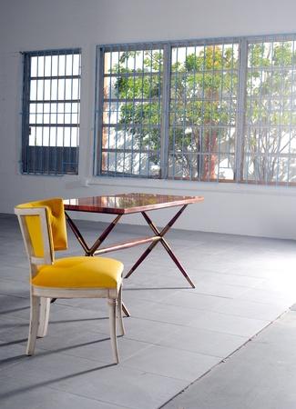 빈 노란색 의자와 테이블 미니멀 한 다락방에