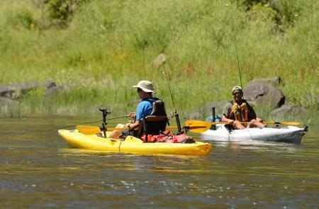dos hombres de pesca y kayak en un kayak en John Day River in Central Oregon Foto de archivo
