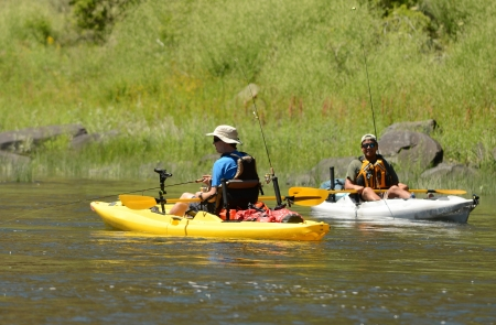 twee mannen vissen en kajakken in een kajak op John Day River in Central Oregon