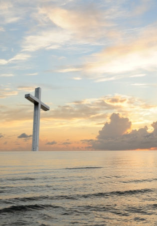 Sonnenuntergang oder Sonnenaufgang Gottesdienst-Konzept mit einem christlichen Kreuz steigt aus dem Meer mit einem wunderschönen Sonnenaufgang
