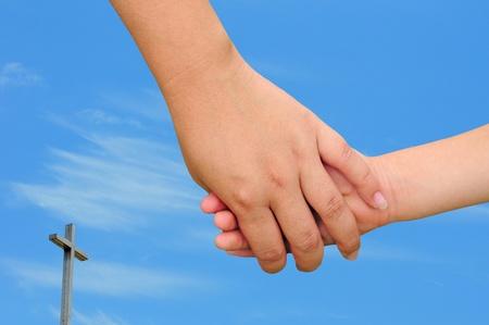 familia cristiana: Concepto cristiano de la familia con la madre de la mano de un ni�o Foto de archivo
